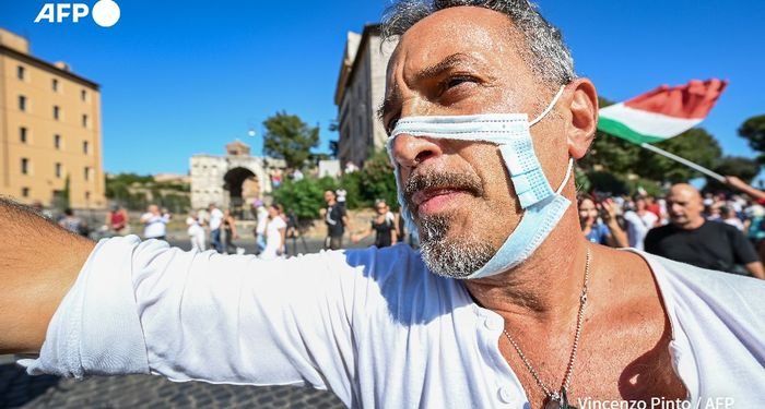 A thousand anti-vaccine and anti-mask people demonstrate in Rome